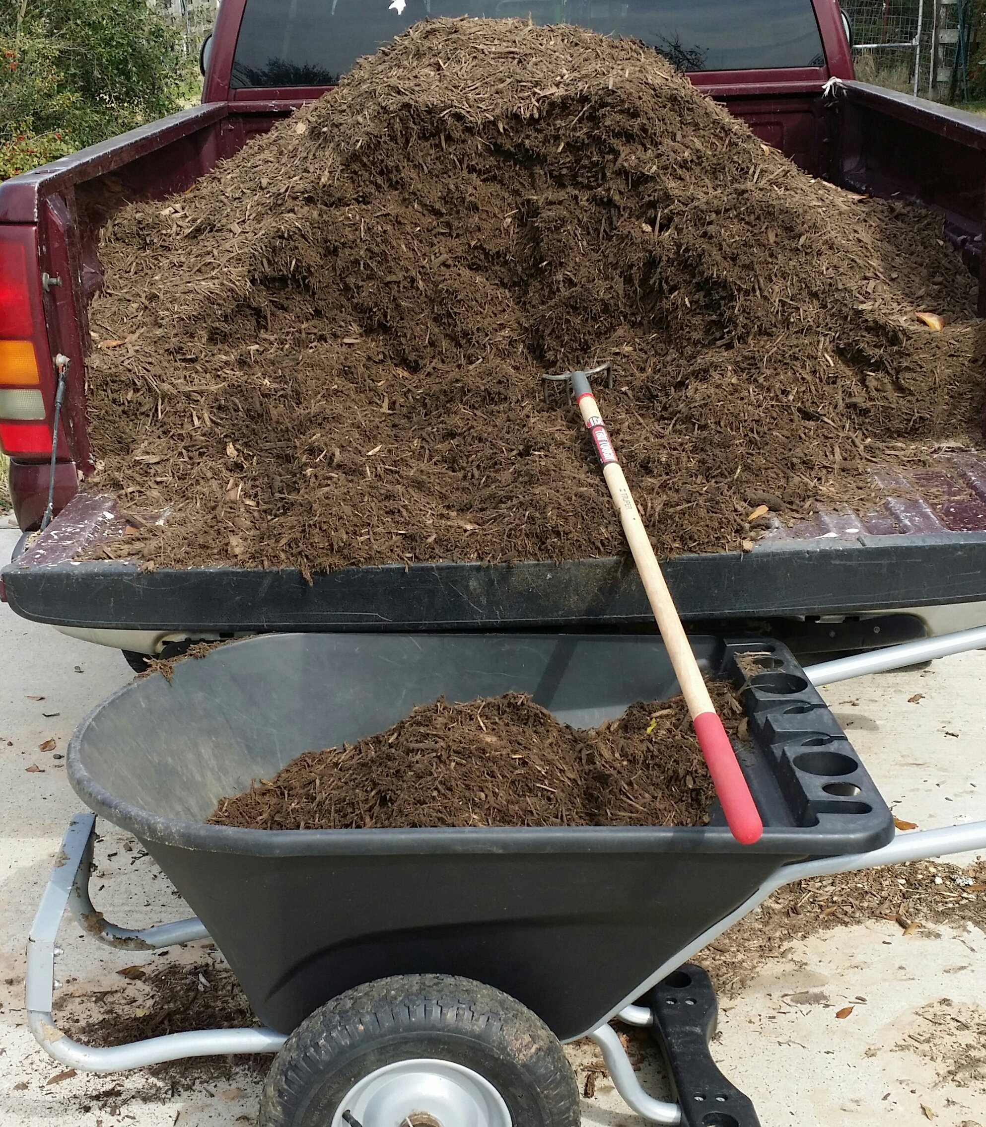 Time to add mulch to the garden the art science of for Bulk organic soil